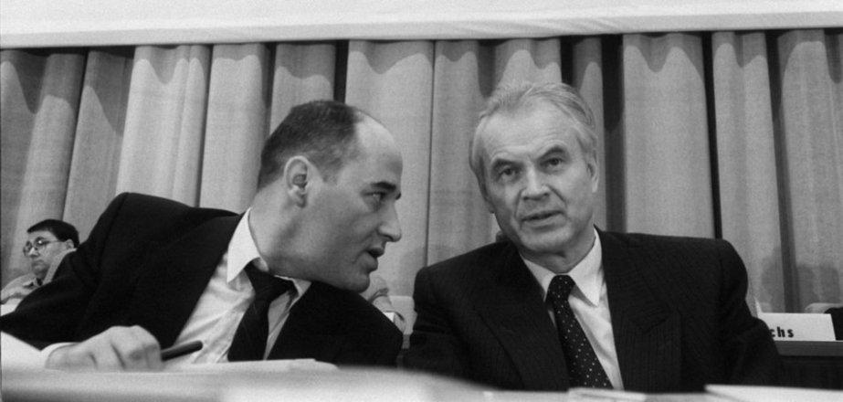 (Parteichef Gregor Gysi und der Vorsitzende des DDR-Ministerrates Hans Modrow)